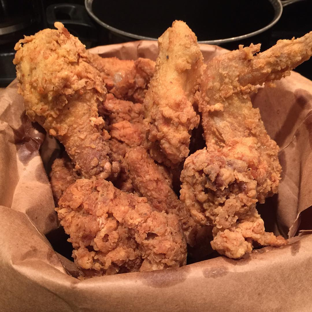 Our friend @deewellsosd shares secrets to making some amazing New Orleans-style Fried Chicken!! Click the link in our BIO to check it out!! I think our mind is made up on what's for Dinner tonight #😳!! || #YouGottaEatThis #YGET #WDYET #RealMenCook #NolaFriedChicken #Rep340to504 #WalkGood || #😍 #🔥 #💣