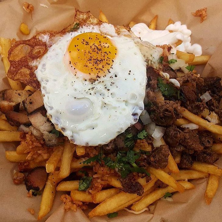 Only a stoner would wish for a bowl of rice to come like this. Well not really just a stoner but probably everyone. Either way this #StonerFries includes Carne Asada Fries, Chorizo Fried rice, Bolsa Roasted Pork, fried Egg, Creama, Cheese, Onion and Southeast Asian Salsa verde and Cilantro. Just packed with flavor and all you'd want. @frank_abignale definitely enjoyed it on the behalf of everyone. #DosChinos ||#YGET #YouGottaEatThis #WDYET ||