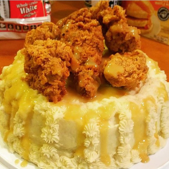 No better way to wish our friend @MejorSwiff a #HappyBirthday than with this Fried Chicken, Mashed Potato & Gravy Birthday Cake made by @Jacqueline2116!! || #😳 #😍 #🔑 #🎂 #🍗 || #YouGottaEatThis #YGET #WDYET ||