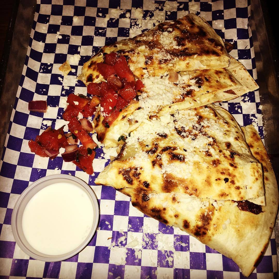 Remember we told you there is only one #latenight spot in #miami? We lied. @coyotaco has the best #chicken #quesadilla you've had in your life. 🐓🌯🌮🇲🇽😎 #yget #ygetmia #yougottaeatthis #agendashow #agendashowmiami #agendashowmiami2016 #agendamiami #agendashowmiami2016 I