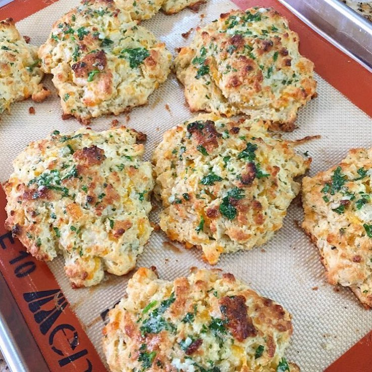 @redlobster may be open for business but @kanyebreast is showing you how to make these real Cheddar Biscuits for the night! Head over to her YouTube channel for further details. Best way to have a meal is to have this included. Who else agrees??