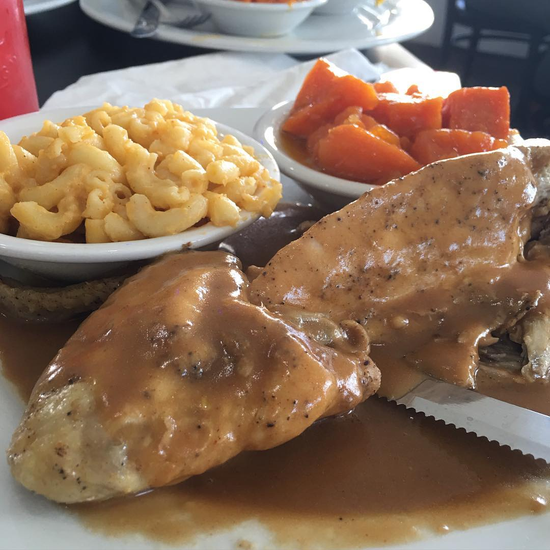 Our very own @PremiumPete & @Kadoma713 are at @MandMSoulFood in enjoying The Baked Chicken baked with special seasoning and served with their world famous gravy with Mac n Cheese & Yams Approved!! 😍😳🔑🔥💣