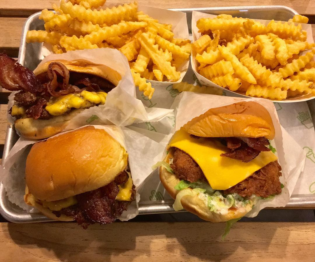 Let's all just feast our eyes in this beloved Shake Shack Platter. What's your favorite meal to get from there? 📸 @taylordeats