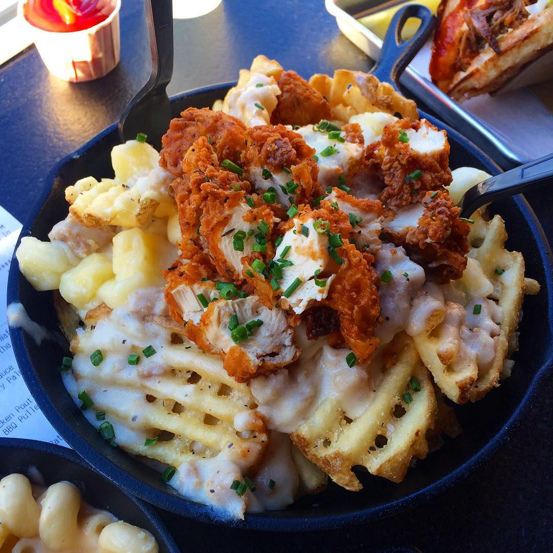 😳 @makeupbybee next time you get Fried Chicken Poutine at please invite us