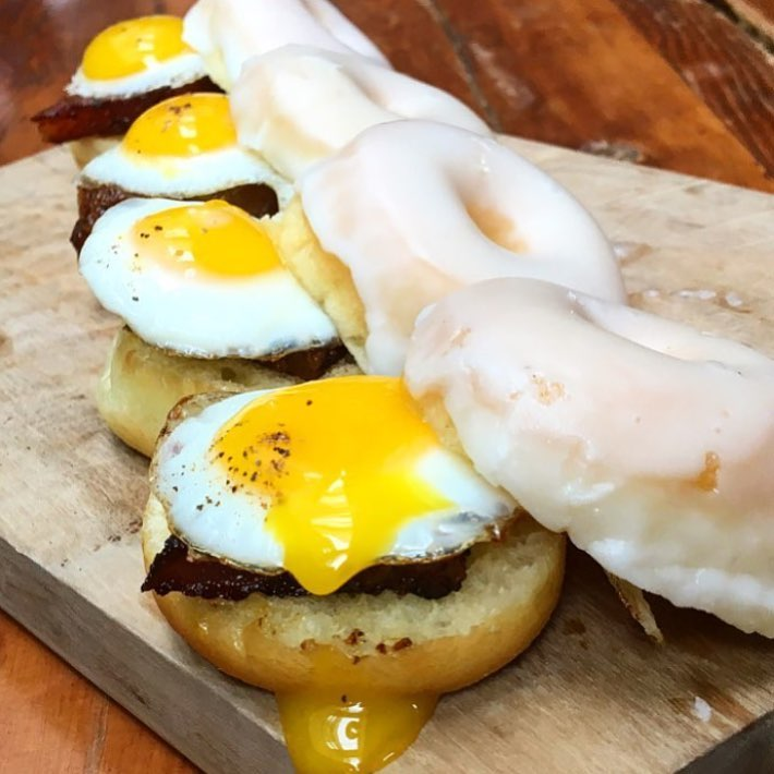 Mini Donut Egg sandwiches??? Hmm not sure how many people wouldn't want to try this? If you do tag all of your friends who would!! There's also maple bacon under that egg, It's ok to DROOL!! 😜🍩🍳😍🔥   📸 @cy_eats