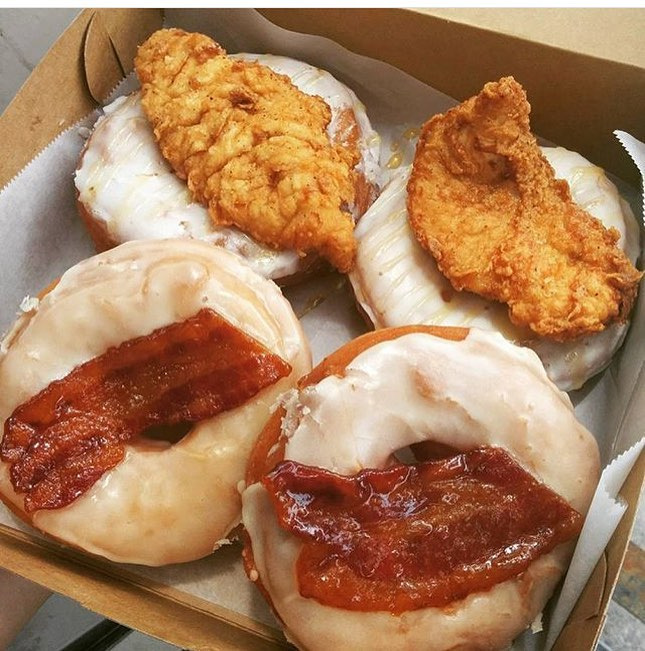 The 3 Greatest things in Life!! Bacon, Donuts & Chicken!! @DoughMakerHTX ain't nothing to FUX with and @Dallas_Penn Approved!! 🍗🐷🍩 | 😜😍😳